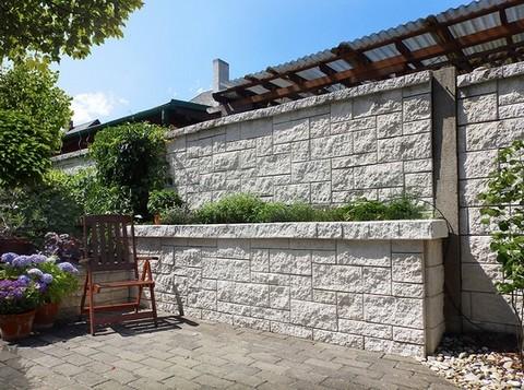 Zahradni zdi lze navrhnout jako bylinkovou zahradku.