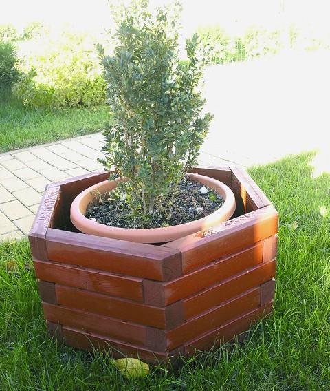 Dřevěný truhlík zajímavého tvaru